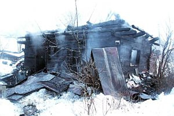 Na drevenici sa nakoniec zrútila strecha, presná príčina požiaru sa preto dá určiť len ťažko.
