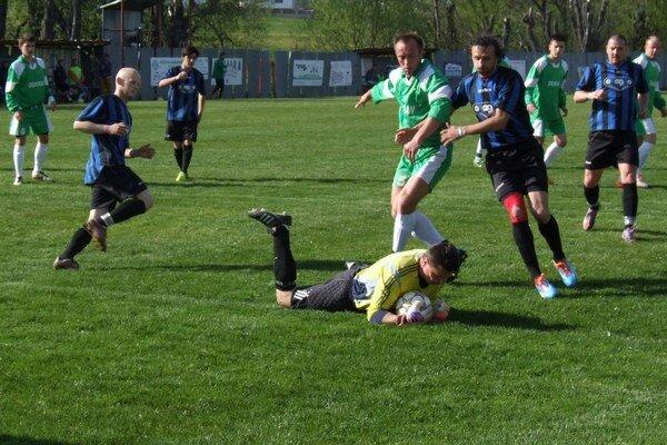 Futbalisti Oravského Veselého privítajú súperov na novej tráve.