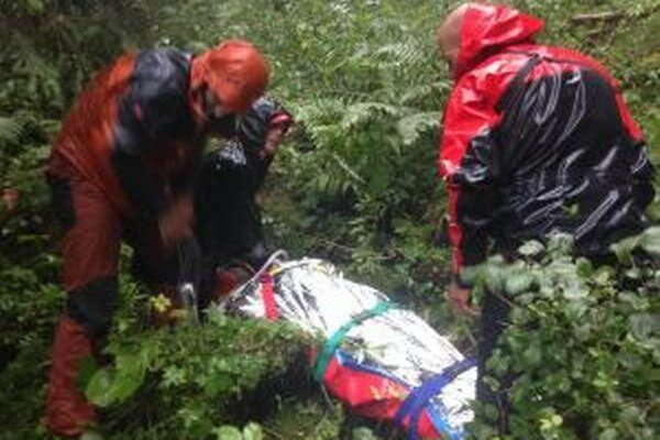 Záchranárom komplikoval prácu dážď a premočený terén.