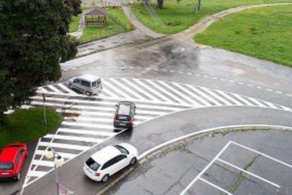 Dopravné značky na vymaľovanej križovatke väčšina vodičov ignoruje.