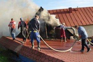 Požiar zachvátil strechu maštale.