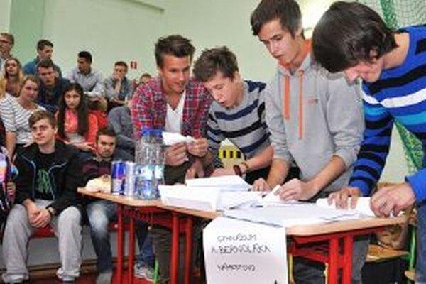 Námestovskí gymnazisti skladajú lietadlá z papiera.