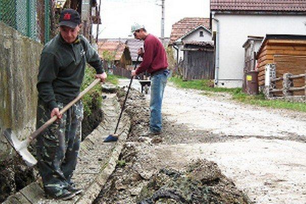 Nezamestnaných ľahšie manažujú samosprávy, ktoré majú obecné služby.