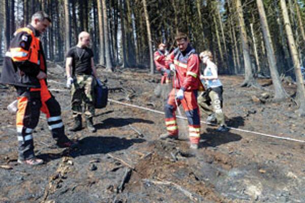 Záchranári Orava rescue system pomáhali s ďalšími desiatkami dobrovoľníkov pri hasení požiaru.