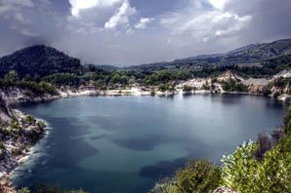 Prostredie v lome Rieka pripomína Plitvické  jazerá.