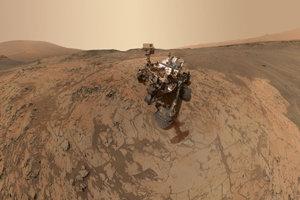 Mars je najčastejším cieľom ľudí na vesmírne bádanie. Na tejto fotografii si rover Curiosity robí selfie.