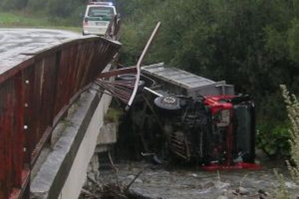Vodič nezvládol zákrutu a skončil v potoku.