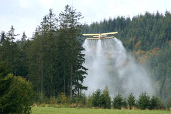 Postrek organicko-minerálnym hnojivom vylepšil zdravotný stav smrekových lesov.