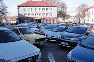 Parkovanie v Moravciach začína byť kritické.