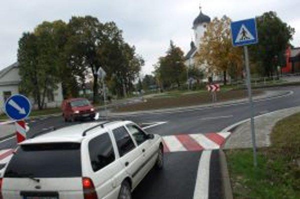 Vodičov prechádzajúcich cez Bobrov nová križovatka teší.