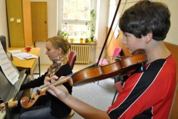 Štefan Babic zo Žaškova navštevuje jednu zo škôl, kde sa piaty rok učí hrať na husliach.