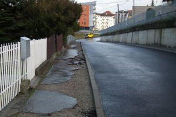 Na Mlynskej. Pri novej ceste ostali nedorobené chodníky.