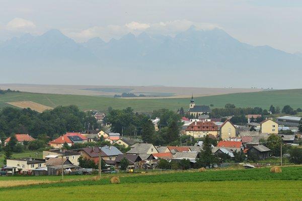 Na snímke pohľad na obec Vlková, okres Kežmarok a v pozadí Vysoké Tatry.