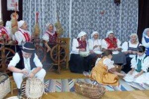 Tradičné remeslá, páračky a pletenie košíkov sa návštevníkom páčili.
