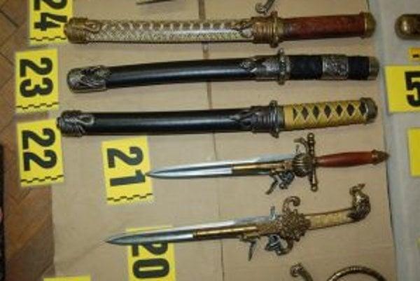 Napodobeniny zbraní tvorili časť z ukradnutých vecí.