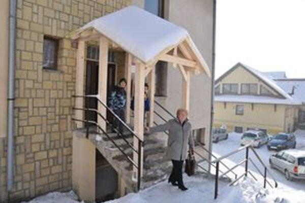 Strecha ochráni ľudí pred padajúcim snehom a ľadom.
