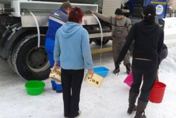 Vlani do dediny vodu v cisternách vozila OVS.