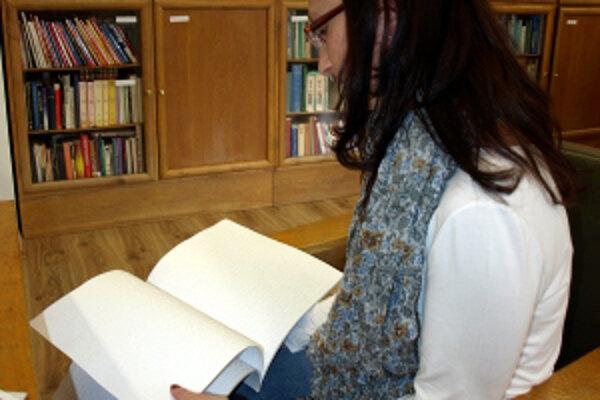 Čítať literatúru v Brailovom písme nevedia ani niektorí nevidiaci.