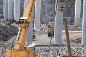 Práce na výstavbe diaľničného úseku bežia zatiaľ podľa plánu.