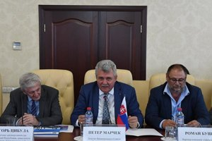 Poslanec Peter Marček a po jeho pravici (na fotke vľavo) bývalý šéf rozviedky SIS Igor Cibula.