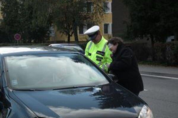 Kontrola. Vodičom, ktorí pred priechodom zastavili, odovzdala Víťazoslava Bursová darček.