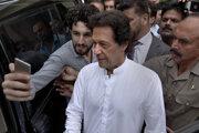 Imran Chán pózuje so svojim podporcom.