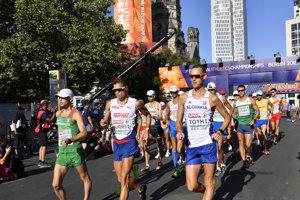 Pretekári počas pretekov v chôdzi na 50 kilometrov.