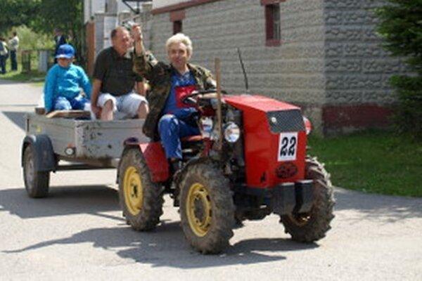 Podomácky vyrobené traktory už môžu na cesty aj za prácou, nielen v rámci obecných súťaží.