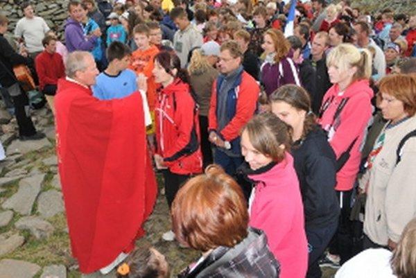 Výstupu na Babiu horu sa rok čo rok zúčastňuje viac veriacich turistov.