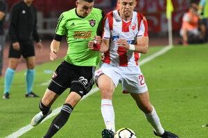 Hráč FC Spartak Trnava Erik Jirka (vľavo) a Milan Rodič (Belehrad) v súboji o loptu.