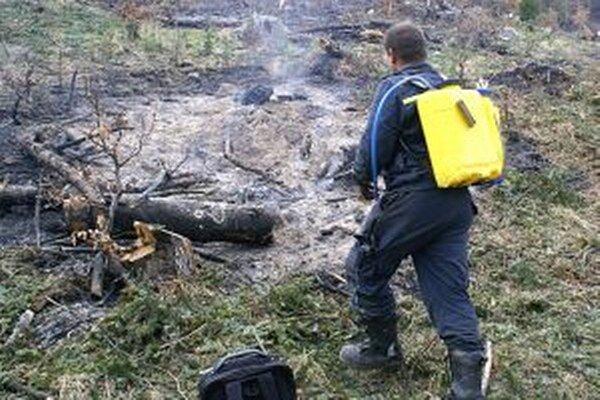Hasiť lesný požiar nie je jednoduché, tobôž nie s nedostatkom vody v pokazenej cisterne.