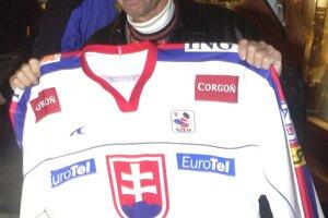 Šéf slovenského hokeja Juraj Široký odovzdal pri tejto príležitosti prvému držiteľovi Stanleyho pohára so slovenským pôvodom reprezentačný dres Slovenska.