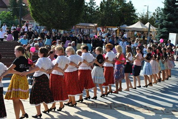Vlani si v centre Michaloviec zatancovalo karičku spolu 444 ľudí. Prekonali tak rekord z roku 2016.