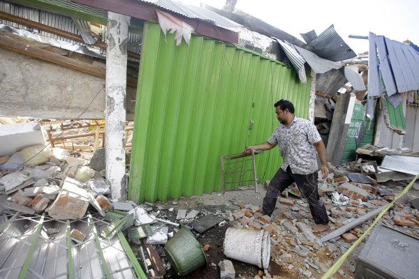 Zničené stavby po zemetrasení, ktoré zasiahlo ostrove Lombok začiatkom augusta. Odvety zaznamenali na ostrove ďalšie silné zemetrasenia.