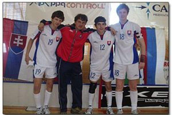 Spoločne s odchovancami v slovenskom reprezentačnom drese. Zľava Mário Seman, Marián Klimčík, Šimon Abík a Václav Komačka.