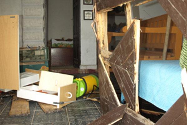 Vandali sa na majetku chatárov poriadne vyzúrili.