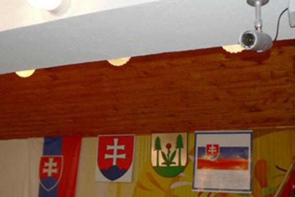 Zasadacia miestnosť na obecnom úrade. Jedna kamera má sledovať rokovania poslancov, druhá obecenstvo.