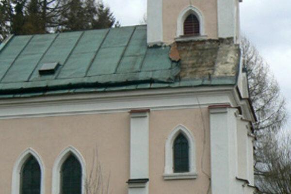 Zlodeji pripravili kostolík o časť medenej strechy.