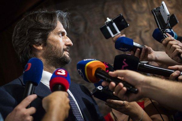 Exminister Kaliňák odpovedá na otázky novinárov.