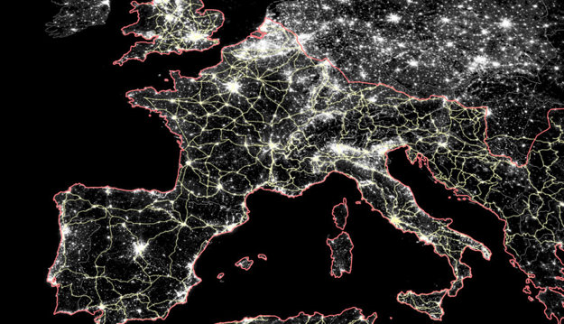 Rímske cesty v porovnaní s nočnými zábermi Európy. Červená čiara je hranica impéria na jeho vrchole.
