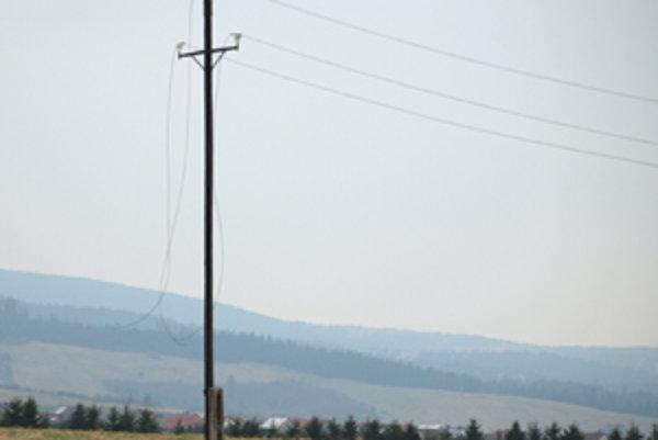 Elektrina do rašelinových závodov kedysi viedla, zostalo však po nej len pár stĺpov a potrhané káble.