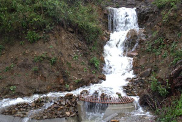 Voda valiaca sa na hlavnú cestu bude končiť v odvodňovacích rúrach.