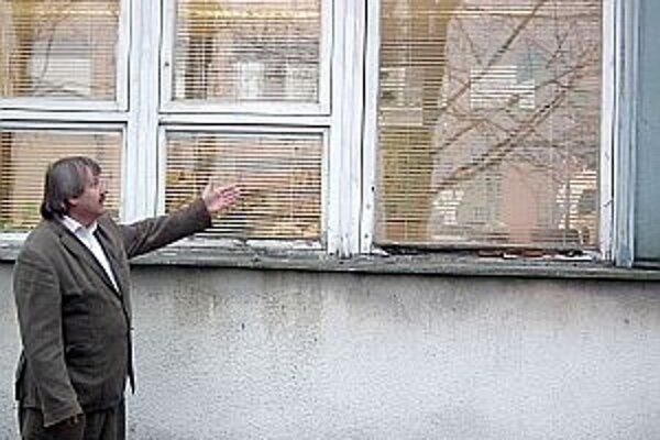 """""""Sú už v dezolátnom stave,"""" ukazuje riaditeľ školy Ferdinand Brunovský."""