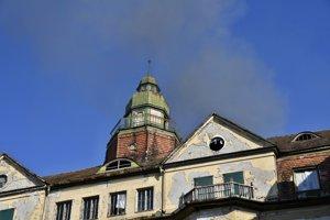 Na mieste zasahujú hasiči  z Piešťan, Trnavy, Hlohovca a dobrovoľní hasiči z Vrbového.