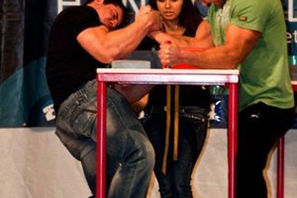 Zápasy mužov rozhodovala aj Snežana Babajeva.
