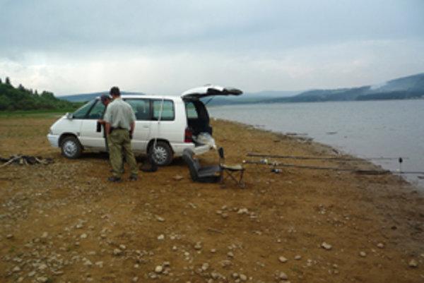 Niektorí rybári by udice najradšej nahodili priamo z okna auta.