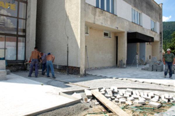 Minulý týždeň robili robotníci vchod do kultúrneho domu.