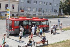 Autobusová zastávka pri bývalom malom Tescu.