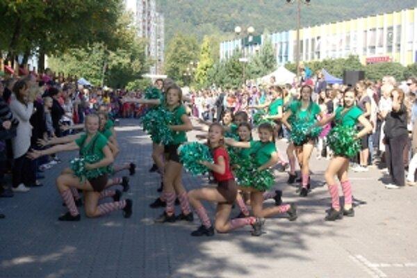 Ulice boli plné divákov nielen na exhibíciu mažoretiek.