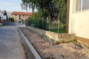Na Moskovskej ulici k základnej škole budujú nový chodník.